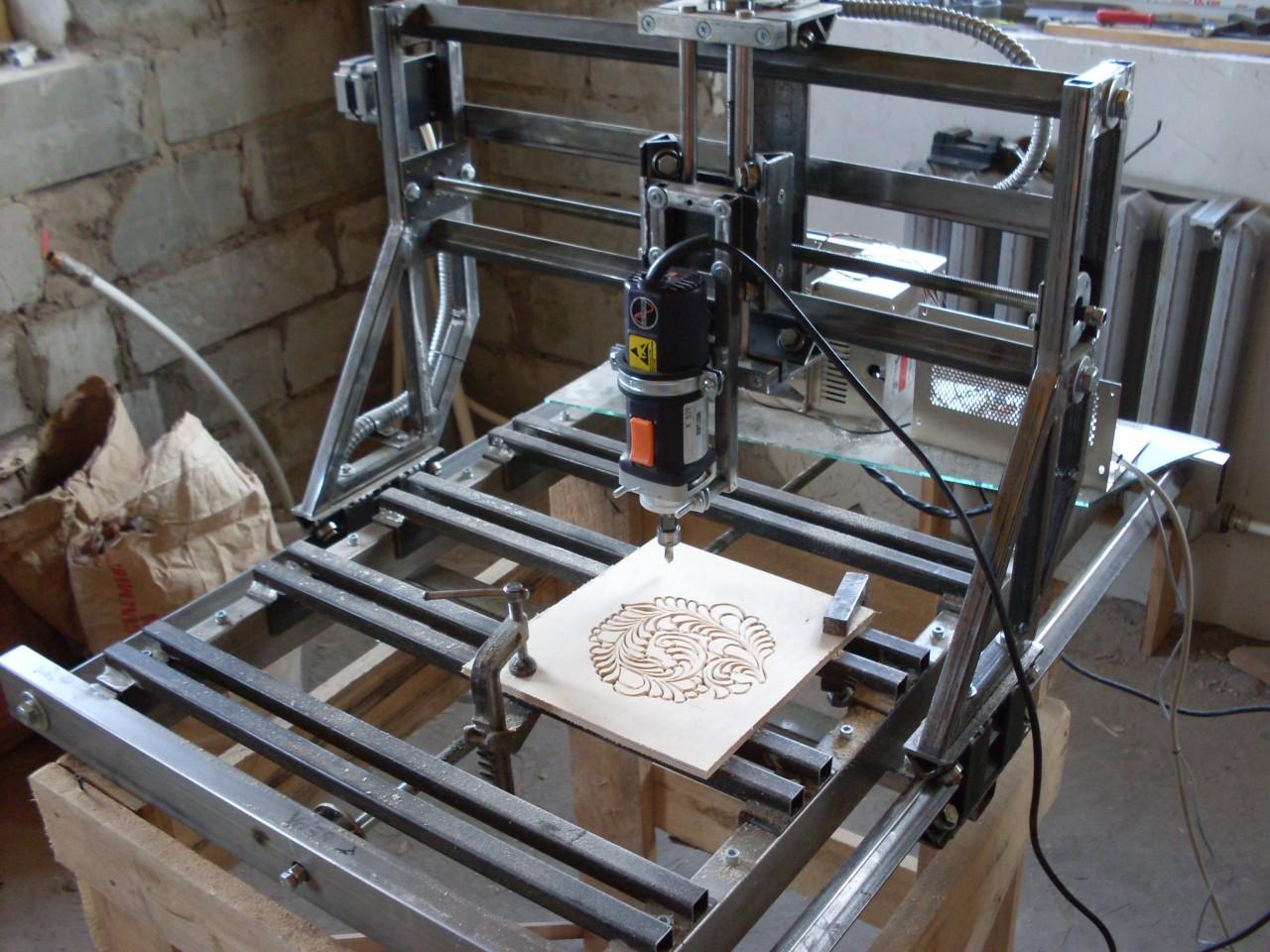 ЧПУ (Англ.  CNC) - станок с числовым программным управлением, используют для 3D фрезеровки печатных плат...